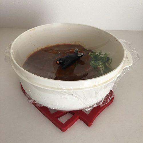 レンチン後のラップのかかった麻婆豆腐にのせた置き物