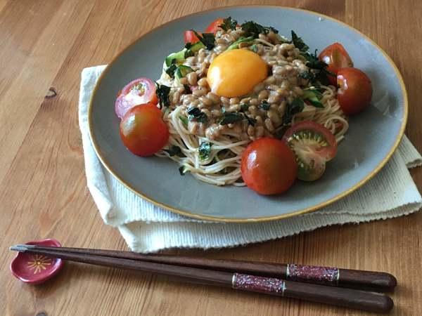 お皿に盛りつけた納豆ビビン麺