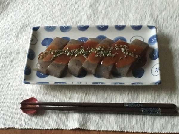 お皿に盛りつけたピリ辛味噌田楽