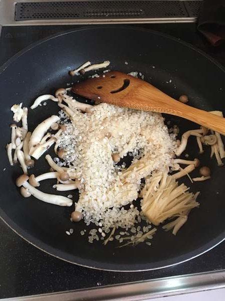 しめじとえのきを炒めたところに入れた生米