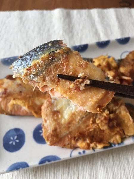 箸でつまんだ業務スーパー鰹節入り鮭のピカタ