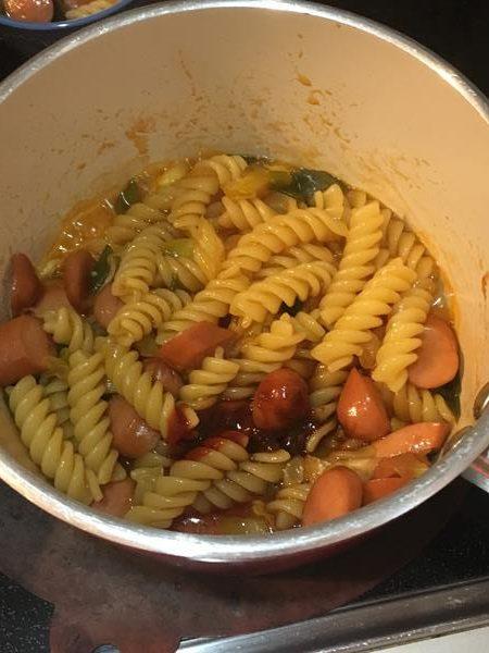 調味料・ウインナー・ネギを煮たところに加えたマカロニ