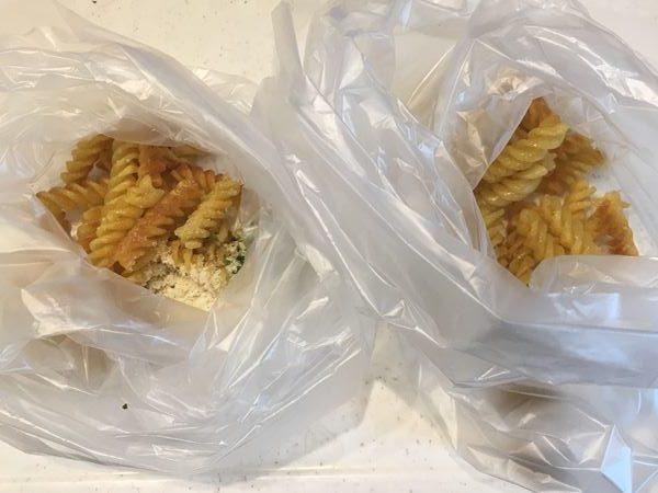 調味料入りのビニール袋に入れた炒めた業務スーパーのマカロニ