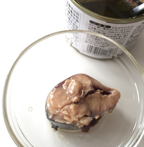 お皿に出した業務スーパー鯖オリーブオイル漬け1個