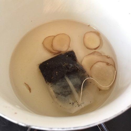 鍋に入れた水・スライス生姜・業務スーパーのスパイスチャイ