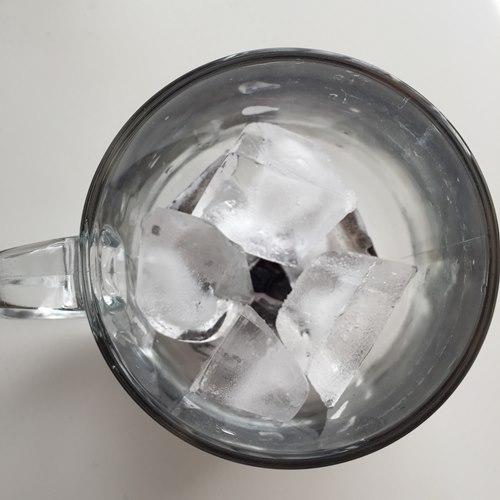 タピオカと氷を入れたガラス製のカップ