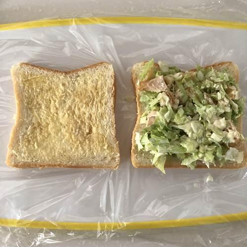 具材をのせたラップの上のパン