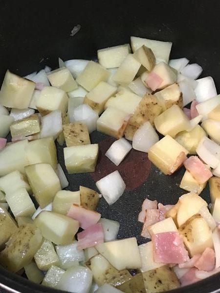 ベーコン・玉ねぎ・じゃがいもを炒める様子