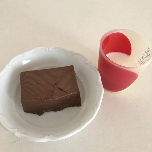 牛乳と業務スーパーのチョコババロア