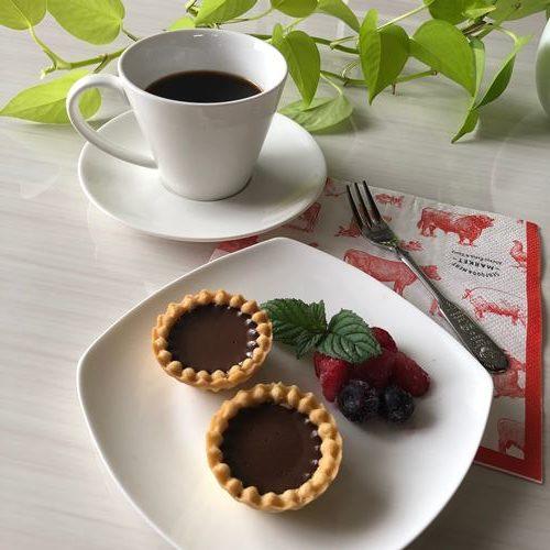コーヒーとお皿に盛りつけた業務スーパーのチョコババロアを使ったチョコタルト