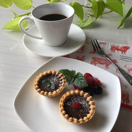 粉砂糖を振ってお皿に盛りつけた業務スーパーのチョコババロアで作ったチョコタルト