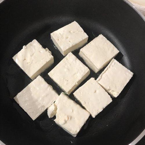 フライパンに入れた豆腐
