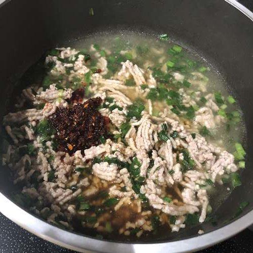 炒めたひき肉とニラに加えた花椒辣醤・水・醤油
