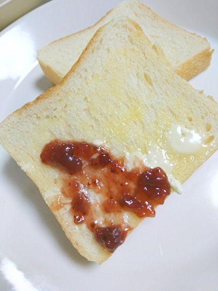 マーガリンとオーガニックストロベリージャムを塗った食パン