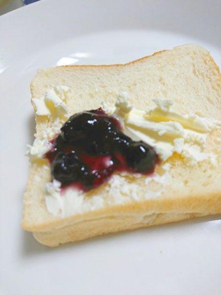 クリームチーズとオーガニックブルーベリージャムのせ食パン