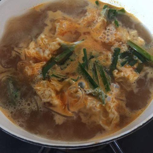 ニラを入れた春雨スープ煮流し入れた溶き卵
