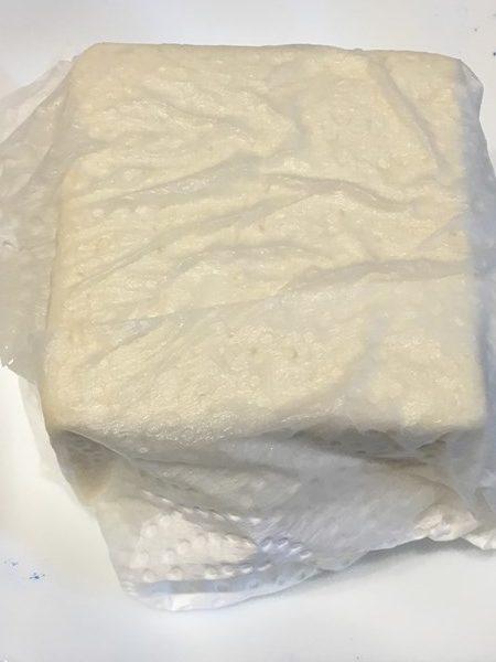 キッチンペーパーに包んだ木綿豆腐