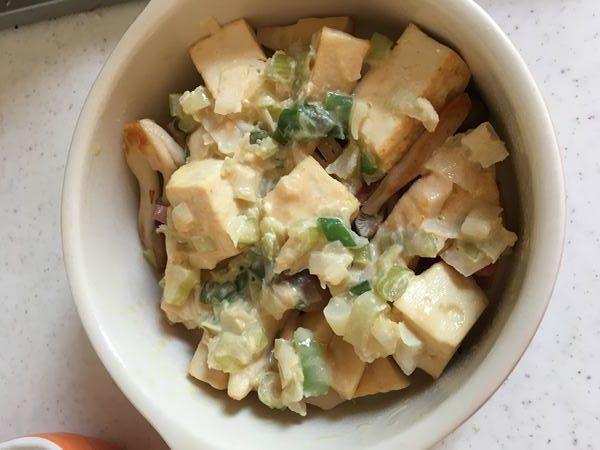 炒めたベーコン・たけのこ・しめじ・豆腐にかけたネギ味噌だれ