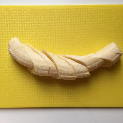 斜め切りにしたバナナ