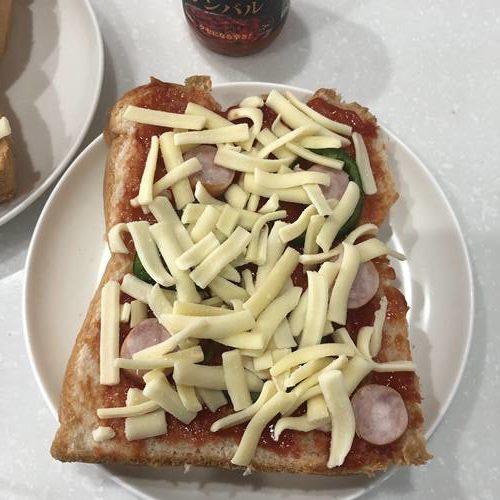 ケチャップとサンバルを塗って具材をのせた食パン