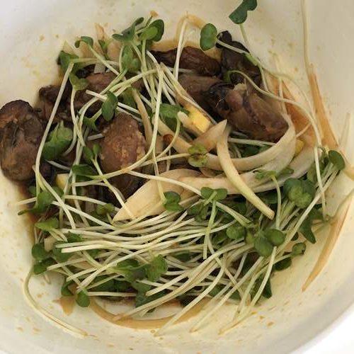 ボウルの中で混ぜた牡蠣スモークのジンジャーマリネの材料