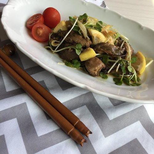 お皿に盛った業務スーパーの牡蠣スモークで作ったジンジャーマリネ