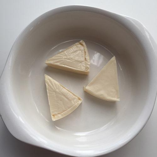 耐熱容器に入れたクリームチーズ