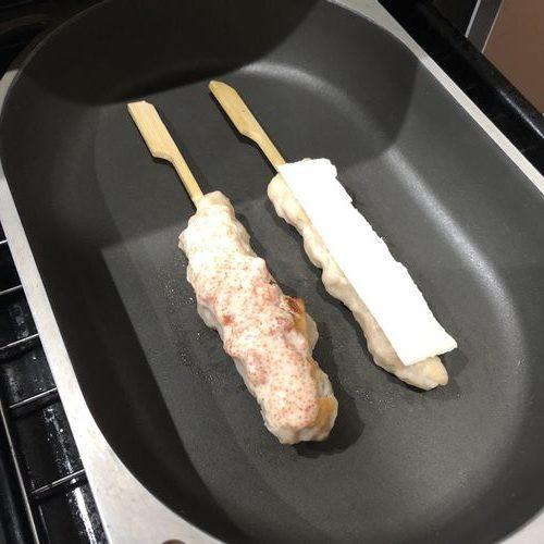 チーズをのせた焼き鳥と明太マヨの焼き鳥をグリルで焼く様子