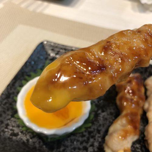 卵黄をつけたタレを塗った業務スーパー焼き鳥