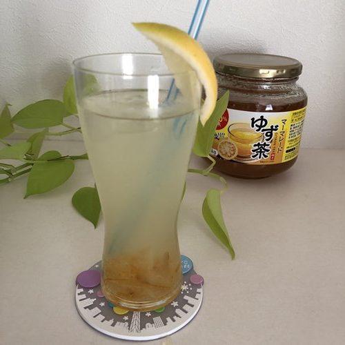 レモンを添えた業務スーパーゆず茶の炭酸割