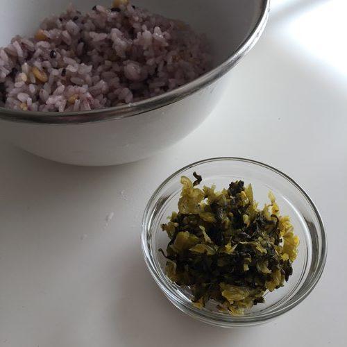 高菜とボウルに入れた炊いた雑穀ごはん