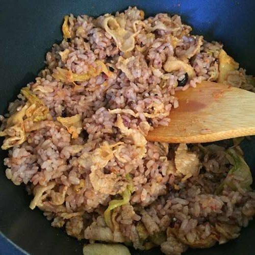豚肉・キムチ・雑穀米を炒め合わせる様子