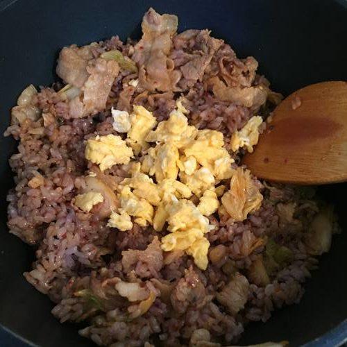 豚肉とキムチ入り雑穀米に加えた炒り卵