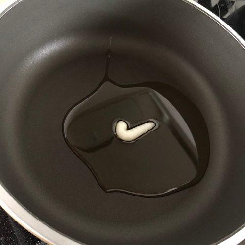 フライパンに入れたオリーブオイルとにんにくペースト