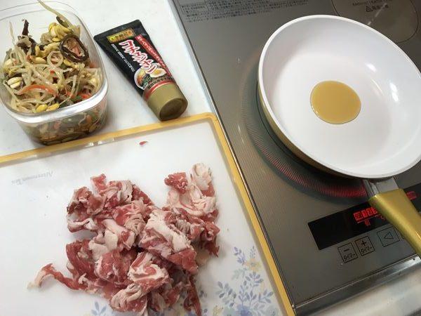 牛ばら肉・コチュジャン・業務スーパーのビビンバ・ごま油を入れたフライパン
