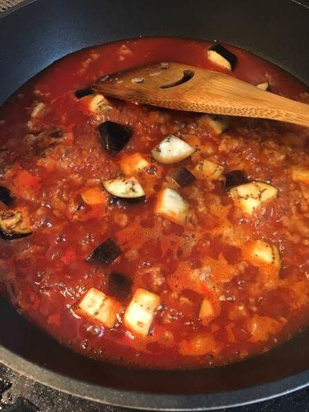 炒めたハンバーグとなすに加えた水とトマトジュース