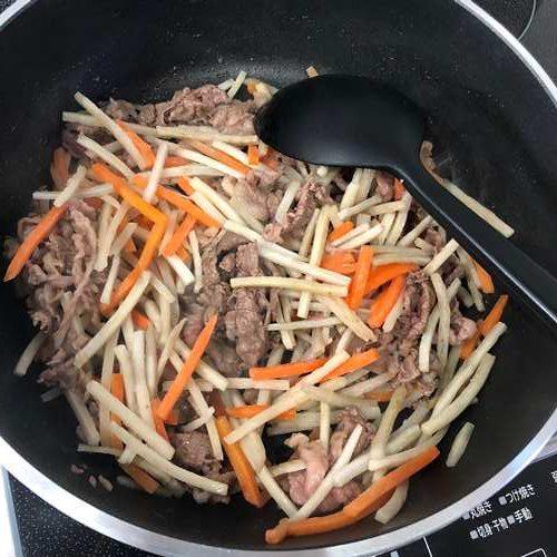 炒めた牛肉に加えた業務スーパーのごぼうにんじんミックス