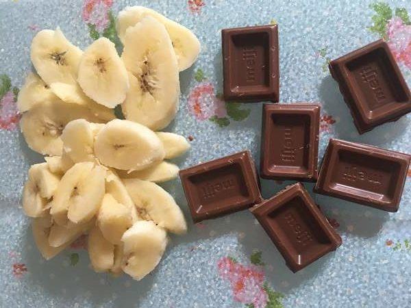 スライスしたバナナとひと欠片ずつ割ったチョコ
