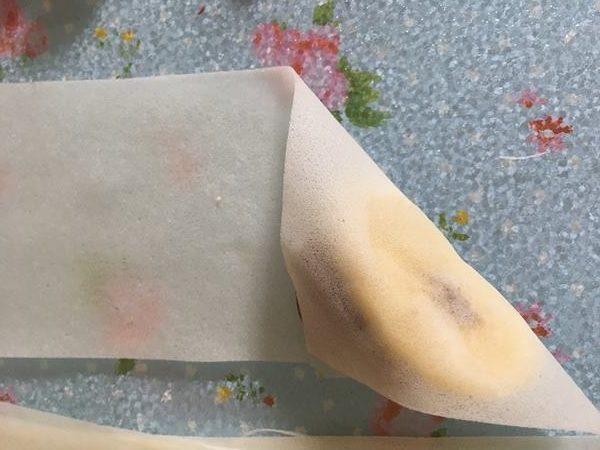 業務スーパー春巻きの皮にチョコバナナを包む様子1