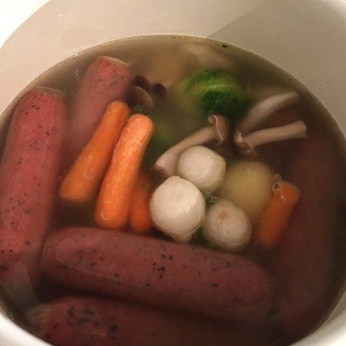 野菜ミックスを加えてポトフを煮込む様子