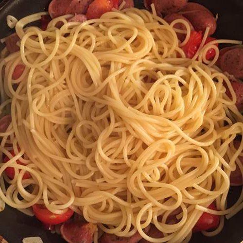 ハーブウインナーとプチトマトに加えた茹でたてのパスタ