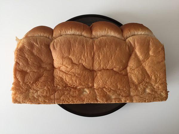 お皿に寝かせて置いた業務スーパーのイギリスパン