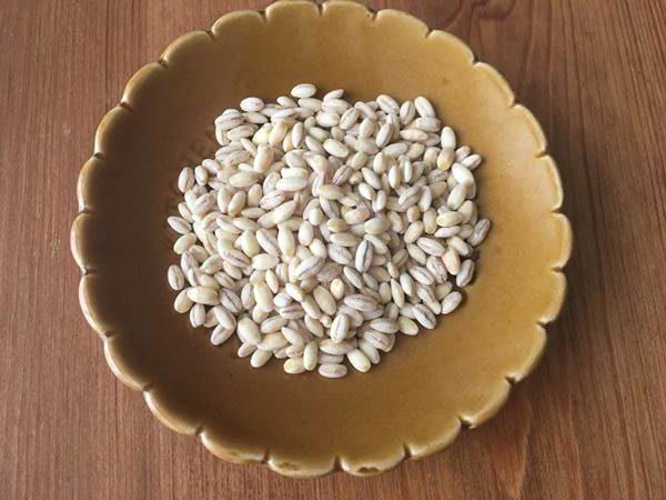 小皿に入れた業務スーパーのもち麦