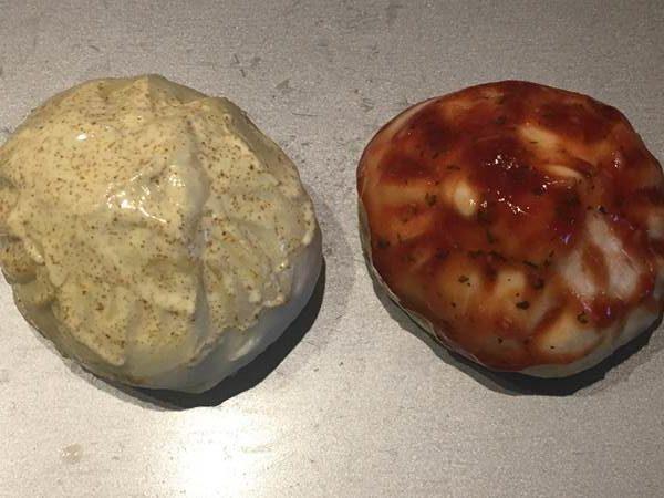 2種類のソースを塗った業務スーパーの肉まん2個