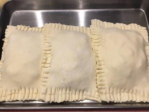 中に具を入れて包んだパイ