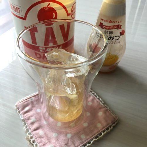 はちみつと業務スーパーのりんご酢を入れたグラス