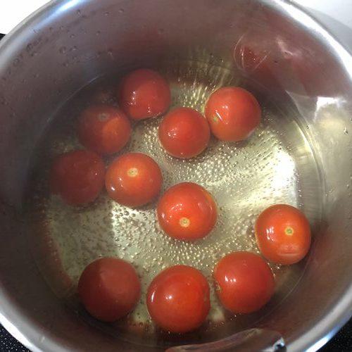 沸騰したお湯に入れたプチトマト