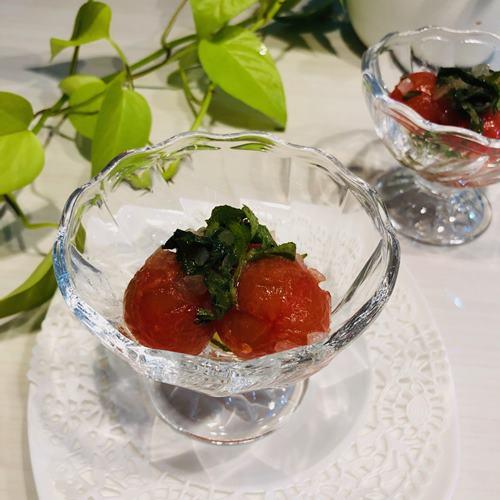 ガラスの器に盛りつけた業務スーパーのりんご酢で作ったトマトマリネ