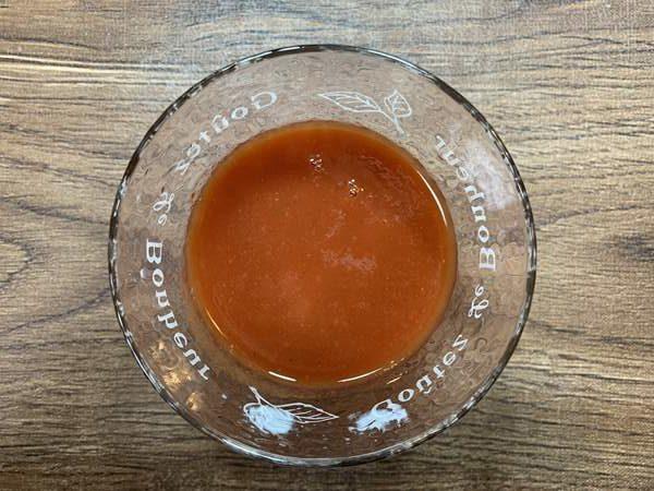 コップに入れた業務スーパーのトマトジュース