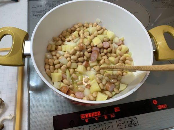 じゃがいも・玉ねぎ・ウインナー・大豆を炒める様子